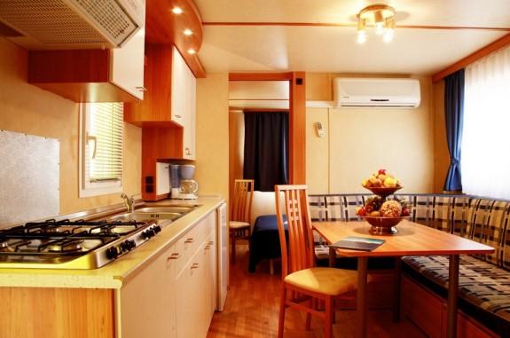 Inuti en av villavagnarna med kök och sovrum