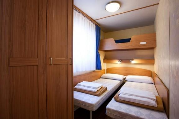 Ett av sovrummen i ett mobilt hus