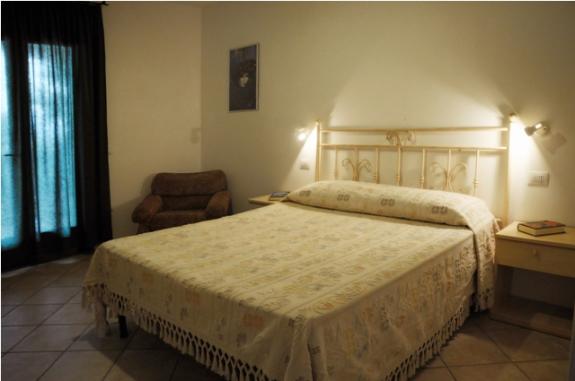 Trerumslägenhet med sovrum med dubbelsäng
