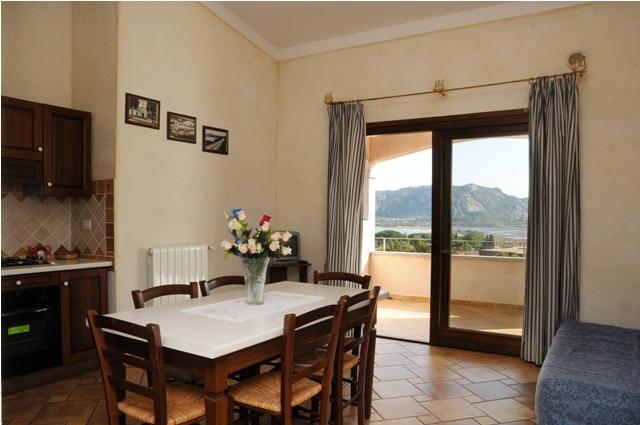 Lägenhet i Cannigione med rymligt kök och utgång till terrass