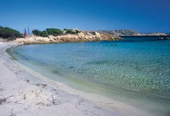 Isuledda har en privat strand med långgrunt vatten och fin sand
