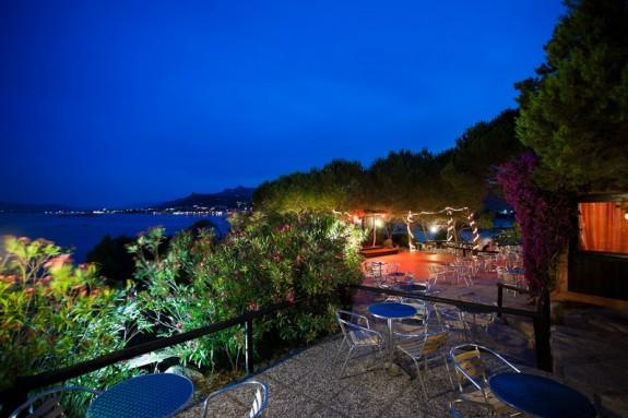 Vy över havsviken La Maddalena på kvällen från baren Le Terrazze