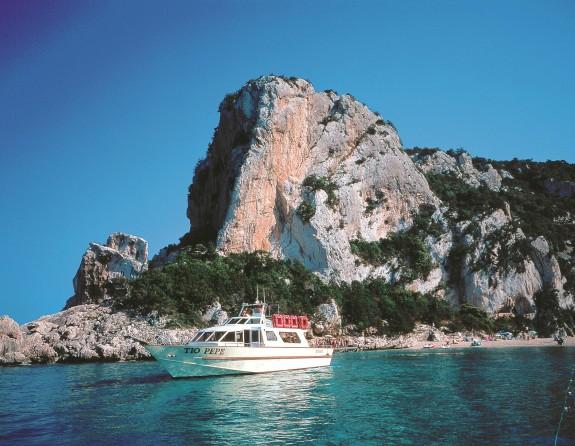 Utflykter med båt till olika stränder och grottor