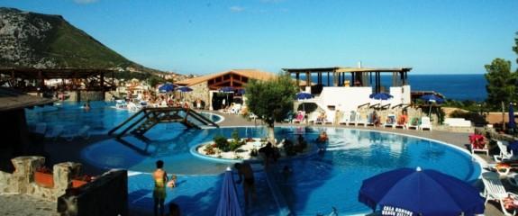 Den stora bassängen utanfr Cala Gonone Village Hotel