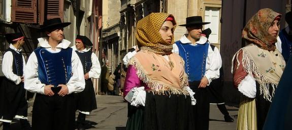 Dräktparad med olika folkdräkter från Sardinien