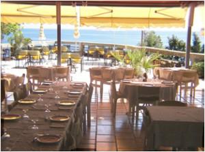 Restaurangen i 70-tals-stil med havsutsikt