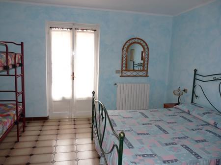 Sovrum med dubbelsäng och våningssäng