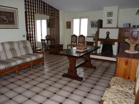 Vardagsrummet i gästlägenhet med plats för fyra