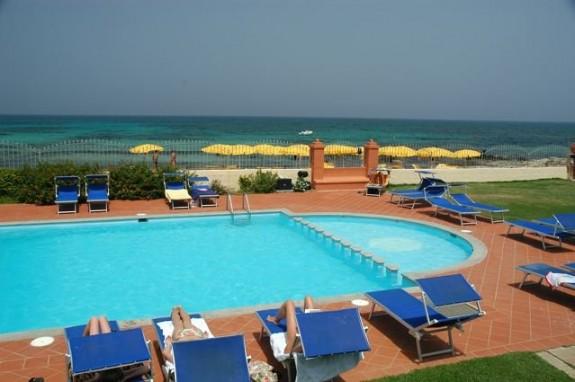 En av Hotel l'Esagono´s två pooler