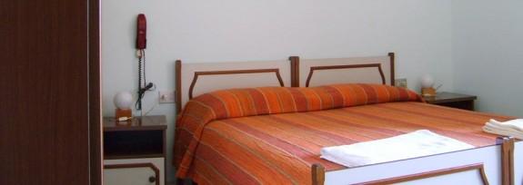 Rum med dubbelsäng, telefon och garderob
