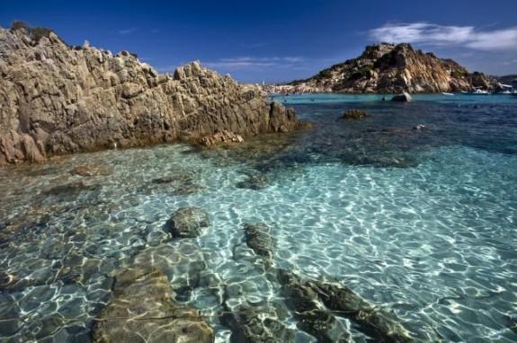 Kristallklart vatten längs hela kusten