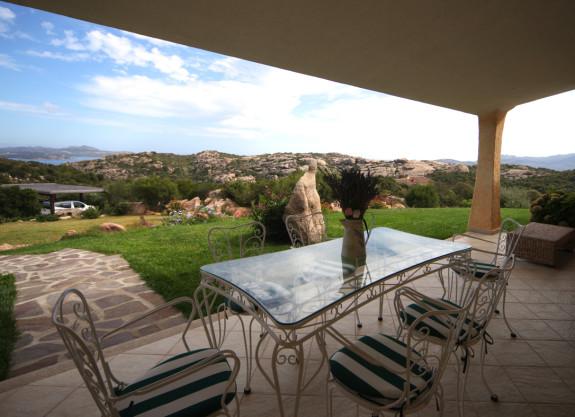 Till terrassen hör ett utomhuskök för sköna grillvällar