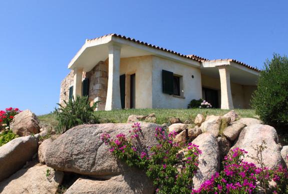 Villa Masceratu i Cannigione på en kulle med utsikt över havet